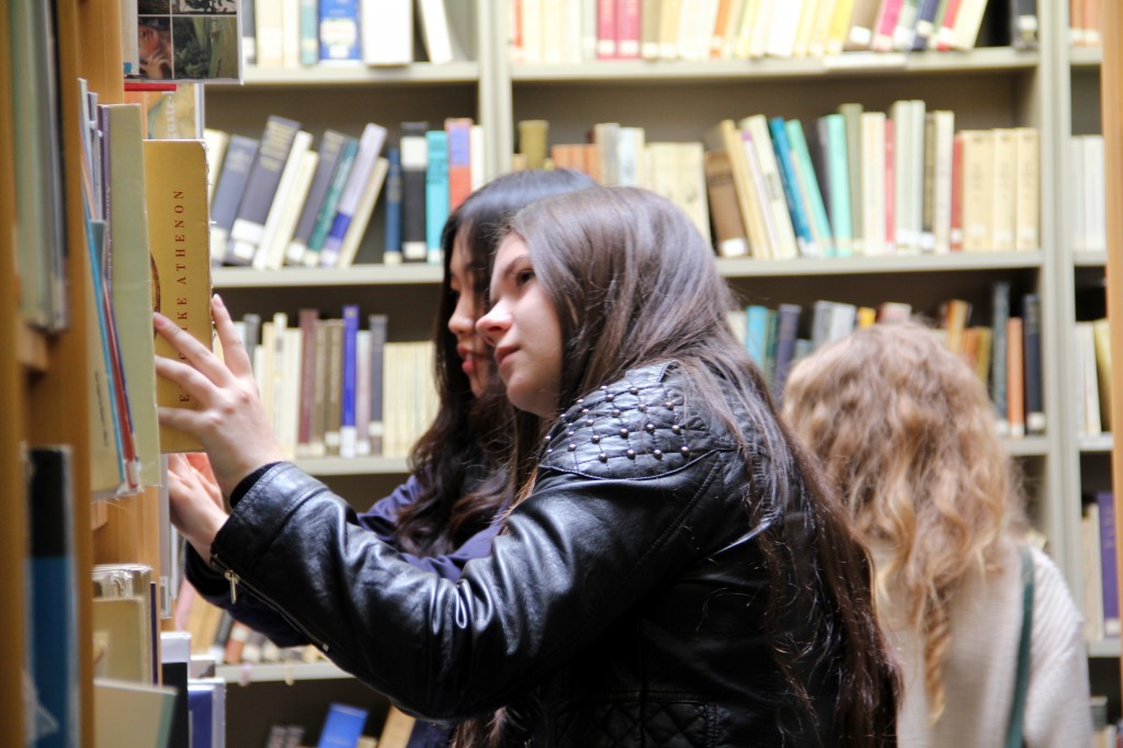 Students browse the College library